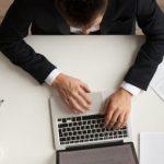 Hombre de negocios gestionando sus finanzas